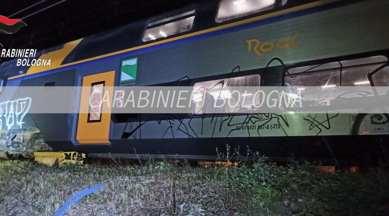 Deturpa treno nel Bolognese, denunciato